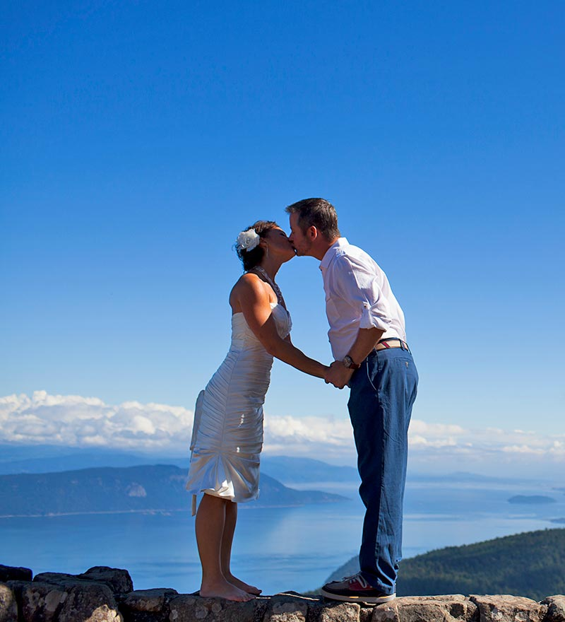 intimate weddings and elopement packages in Washington State bring glorious and memorable moments like this!